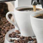 To kaffekopper og kaffebønner
